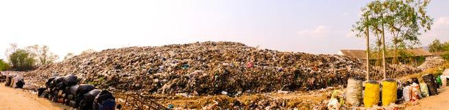 La grande pile et la pollution de d?chets de montagne, empilent de la puanteur et du r?sidu toxique images libres de droits