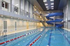 La grande piscine moderne de sports Photos stock