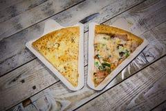 La grande pizza appetitosa incide i pezzi, trovantesi sul bordo con i numeri che indicano il suo diametro 16cm fotografia stock libera da diritti