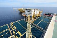 La grande plate-forme de pétrole marin images libres de droits