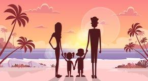 La grande prise de famille remet des parents de vacances d'été de bord de la mer de mer de vacances de coucher du soleil avec deu illustration de vecteur