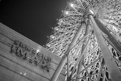 La grande roue au dessus de toit du parc de divertissement de Miramar à Taïpeh Image stock