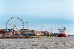 La grande roue, le port et la croisière transportent en bac à Helsinki, Finlande Images libres de droits
