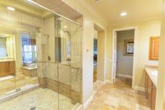 La grande salle de bains avec la douche et la belle tuile fonctionnent en San Diego California image stock