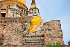 La grande statua antica del buddha in vecchio tempiale rovinato Immagini Stock