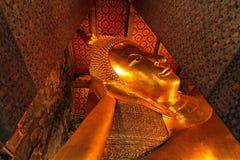 La grande statua di Buddha sta dormendo nel tempio Fotografia Stock Libera da Diritti