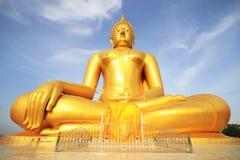 La grande statue d'or de Bouddha de Wat Moung dans la province d'Angthong, photo libre de droits