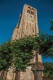 La grande statue de deux a moulé des têtes dans le jardin des ruines médiévales d'église sous le ciel bleu ensoleillé chez Damme Photographie stock