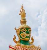 La grande statue géante de gardien dans le temple bouddhiste en Thaïlande Image stock