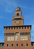 la grande torre di orologio del castello ha chiamato Castello Sforzesco in Italia Fotografia Stock Libera da Diritti