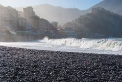La grande vague se casse sur la plage de pierres de Camogli Photo stock