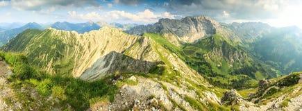 La grande vista panoramica alle montagne e la valle di estate si accendono Fotografie Stock Libere da Diritti