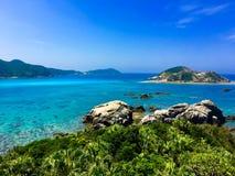 La grande vue aharen la plage dans l'Okinawa