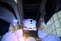 La grandes statue et lumière d'ours décorent beau sur l'arbre de Noël Photos libres de droits