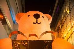 La grandes statue et lumière d'ours décorent le bel arbre de Noël Photo libre de droits
