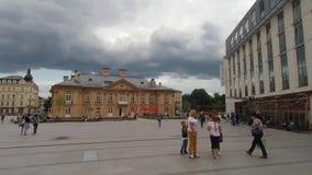 La grandeza del palacio viejo contra el contexto de nubes potentes almacen de video