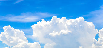 La grandi nuvola e cielo blu bianchi Immagine Stock Libera da Diritti