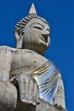 La grandi statua di Buddha e cielo blu della Tailandia Immagine Stock