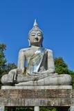 La grandi statua e cielo blu di Buddha Immagini Stock Libere da Diritti
