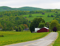 La granja, los campos y los prados le hacen una vida en el campo Imagen de archivo