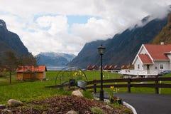 La granja y las cabinas en orilla del fjord imagenes de archivo