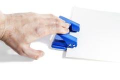Hojas que sujetan con grapa del papel foto de archivo - Grapadora de mano ...