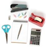 La grapadora scissors la cinta de la calculadora de la pluma del cuaderno Fotos de archivo