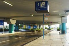 La Grecia, Atene, aprile 2018 Zona di arrivo per i passeggeri all'aeroporto internazionale di Atene immagine stock libera da diritti