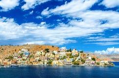 La Grecia Dodecanesse Isola Symi Simi Case variopinte sulle rocce Fotografia Stock