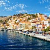La Grecia Dodecanesse Isola Symi Simi Case variopinte sulle rocce Fotografia Stock Libera da Diritti
