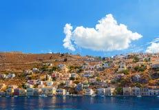 La Grecia Dodecanesse Isola Symi Simi Case variopinte sulle rocce Immagine Stock