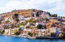 La Grecia Dodecanesse Isola Symi Simi Case variopinte sulle rocce Immagini Stock Libere da Diritti