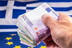 La Grecia e bandiera e soldi europei dell'euro Monete e delle banconote di moneta europea lai liberamente Fotografia Stock Libera da Diritti