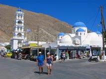 La Grecia, Santorini, turisti, chiesa nel villaggio di Perissa Fotografie Stock Libere da Diritti