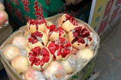 La grenade saine porte des fruits au marché, Chine Photographie stock libre de droits