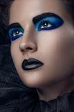 La griglia blu nera di trucco della ragazza ha sovrapposto i capelli Fotografie Stock Libere da Diritti