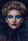 La griglia blu nera di trucco della ragazza ha sovrapposto i capelli fotografie stock