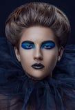 La grille bleue noire de maquillage de fille s'est étendue vers le haut des cheveux photos stock