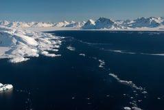 La Groenlandia, banchisa galleggiante di ghiaccio e montagne Fotografia Stock Libera da Diritti