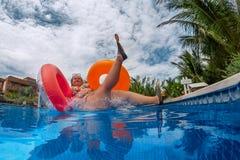 La grosse femme saute l'éclaboussure dans la piscine photographie stock libre de droits