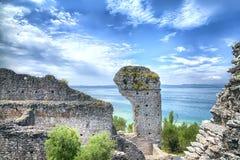 La grotte Catullus dans Sirmione au policier de lac images libres de droits