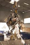 La gru a benna prende i rifiuti e lo muove verso l'inceneritore in cui tutto lo spreco è bruciato Afferri la presa dello spreco p immagine stock