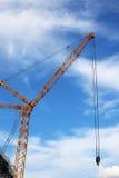 La gru della costruzione su cielo blu Fotografia Stock