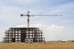 La gru di onstruction del ¡ di Ð e la costruzione non finita sulla paglia sistemano Fotografia Stock Libera da Diritti