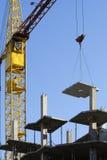 La gru e la nuova costruzione. Fotografie Stock