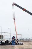 La gru funziona (scarico dei tubi) Fotografie Stock Libere da Diritti