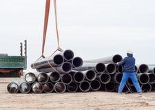 La gru funziona (scarico dei tubi) Fotografie Stock