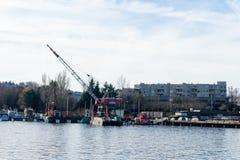 La gru ha montato su una chiatta nell'unione Seattle, Washington del lago fotografia stock