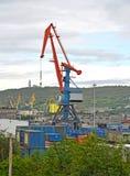 La gru a portale del carico nel porto di commercio di Murmansk Immagine Stock Libera da Diritti