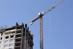La gru solleva la costruzione alle nuove altezze Fotografie Stock Libere da Diritti